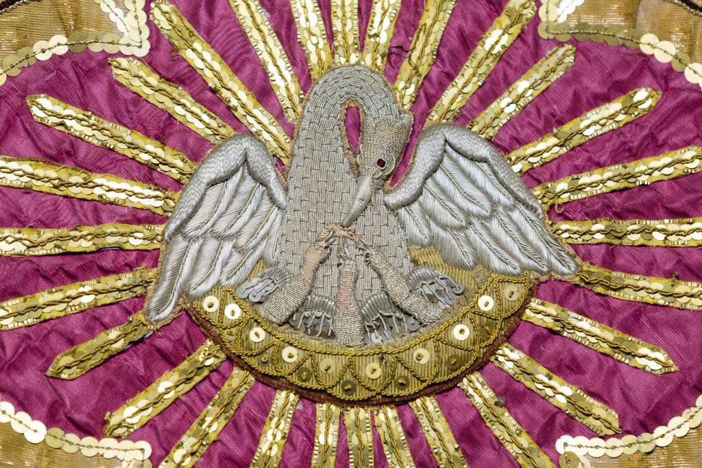 Pélican de piété sur une chasuble, Sizun, France